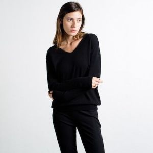 +everlane_womens_slouchy_cashmere_v-neck_black